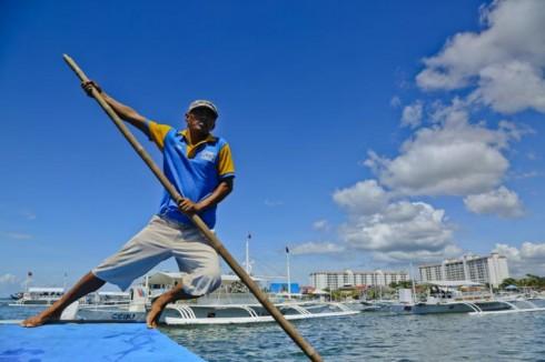 Ra khơi (Bến thuyền trên đảo Cebu, Philippines Tác giả Lê Thế Thắng