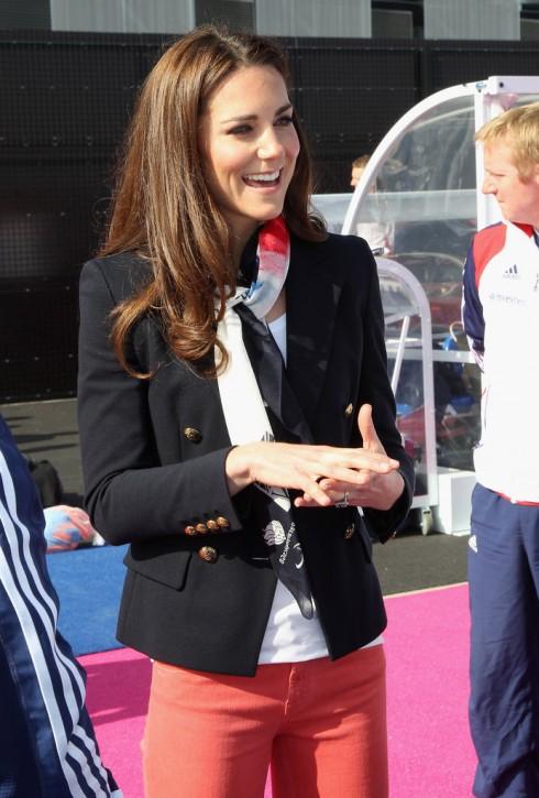 Kate Middleton sang trọng phong cách Hoàng gia với khăn dành cho cổ động viên Olympic của Anh kết hợp cùng áo blazer xanh navy.