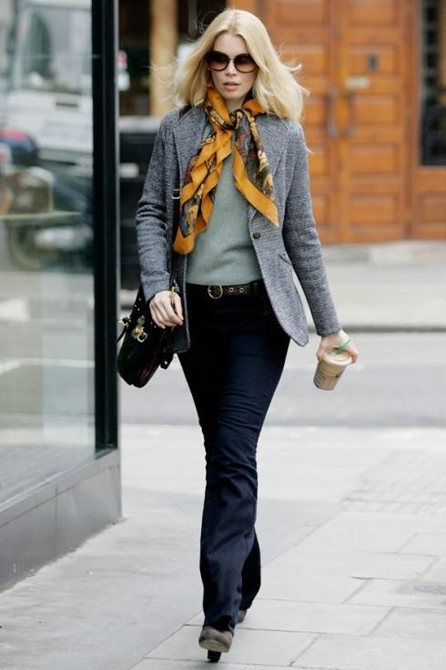 Claudia Schiffer với phong cách thập niên 70: khăn lụa in họa tiết, quần jeans lưng cao ống loe và mắt kính bug-eye.