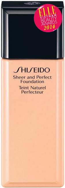 <strong>4. SHISEIDO Sheer And Perfect Foundation</strong><br/>Làn da không đều màu ảnh hưởng rất nhiều đến độ mịn màng và tươi sáng của toàn bộ khuôn mặt. Công nghệ ánh sáng tiên tiến của Shiseido loại bỏ những khuyết điểm một cách chọn lọc mà không làm thay đổi vẻ đẹp tự nhiên của làn da. Tất cả những sắc đỏ của sẹo mụn, sắc nâu ở quầng mắt hay sắc đen ở vết thâm nám đều sẽ bị trung hòa. Làn da tươi tắn và rạng rỡ chỉ với một lớp nền mỏng nhẹ hoàn hảo. Cân bằng làn da không đều màu, cho lớp nền mịn màng, tỏa sáng. 960.000 VNĐ