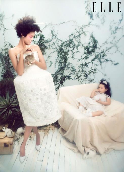 Thanh Thảo: Đầm KIN By Cong Tri, Nhẫn Ethophen, Giày Charles & Keith. Bé Hà Linh: Đầm Lam Petit
