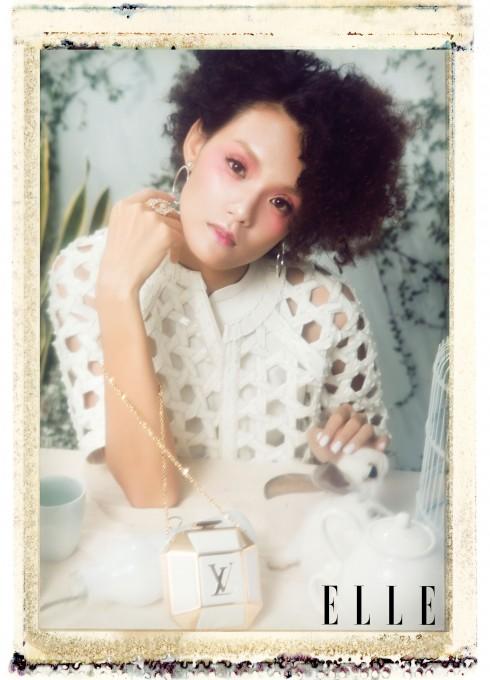 Áo KIN By Cong Tri, Hoa tai Swarovski, Nhẫn Ethophen, Clutch Louis Vuitton