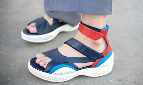 Một biên tập viên thời trang xuất hiện trên phố cùng mẫu sandal mới của Prada