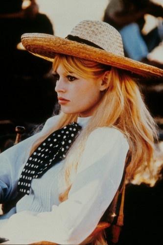Brigitte Bardot<br/>Mắt khói, đôi môi căng mọng và tóc vàng hoe đã làm nên quả bom sex của thập niên 1960. Cô cũng là người tạo nên trào lưu boot.