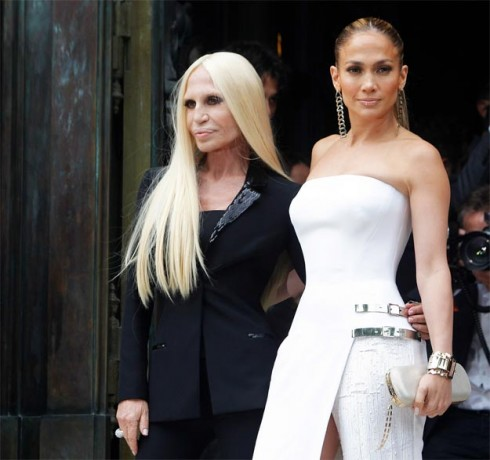 Jennifer Lopez xuất hiện trong buổi giới thiệu BST của Versace