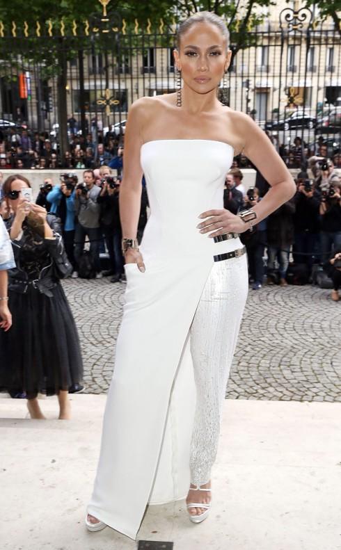 Jennifer Lopez quyến rũ trong chiếc đầm đồng hồ cát của Versace.
