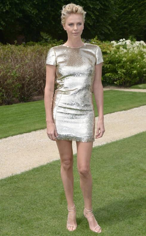 Charlize Theron diện chiếc đầm ánh vàng sang trọng của Dior.
