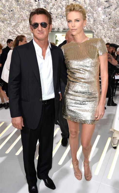 Charlize Theron sánh bước cùng Sean Penn trong buổi giới thiệu BST Dior.