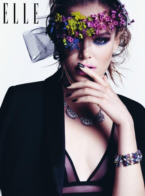 Màu móng và màu trang phục trùng nhau và trang sức đồng điệu với phụ kiện tóc: Cho nàng vẻ đẹp của một bà hoàng.<br/>Áo khoác LANVIN<br /> Nội y LA PERLA<br /> Vòng cổ &amp; vòng tay BEN-AMUN