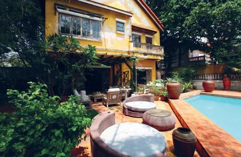 Anna sử dụng gạch đất nung để lát nền nhà, sân và thành bể bơi
