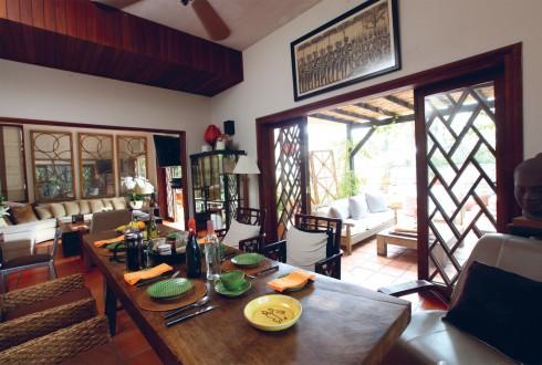 Phòng ăn gây ấn tượng bởi chiếc bàn lớn được tạo từ một phiến gỗ đã lên vân