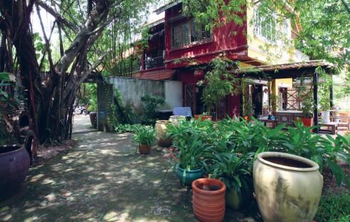 Nhìn từ phía ngoài, ngôi nhà mang dáng vẻ giản dị, tự nhiên và gần gũi