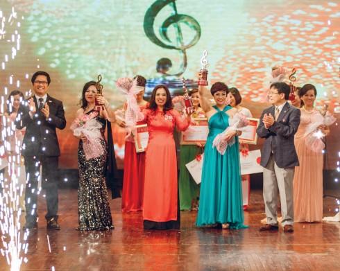 Ông Vương Duy Biên – Thứ trưởng Bộ VHTT- DL (phải)và ông Vũ Tiến Lộc – chủ tịch VCCI trao tặng cho ba giải cao nhất của cuộc thi