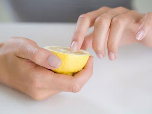 Dùng những lát chanh tươi đắp, hoặc chà nhẹ lên tay và móng