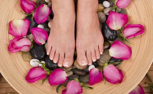 Bỏ thêm sỏi hoặc bi thủy tinh vào chậu ngâm chân để massage lòng bàn chân.