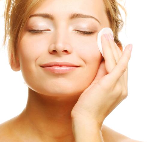 Dùng toner sau khi rửa mặt để cân bằng độ pH cho da.