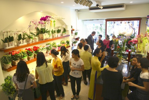 12. Nhung khach hang dau tien cua shop Hanoi