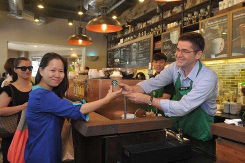 Ông Jeff Hansberry - Chu tich Starbucks khu vực Trung Quoc, chau A Thai Binh Duong chuyen den khach hang ly caphe đầu tiên tại Hà Nội