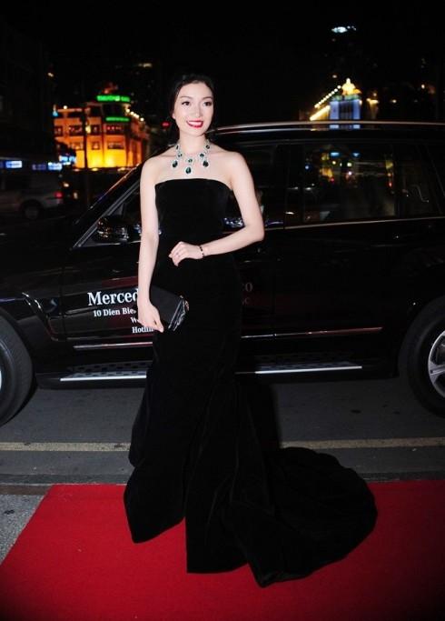 Phạm Thu Hà là một trong những người đến sớm nhất với phong cách tối giản cổ điển của NTK Huy Trần, cô cũng là một trong 4 ca sĩ được tôn vinh trong ELLE Women In Music 2014.