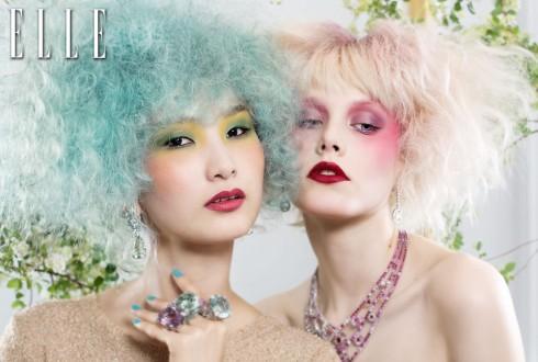 Bên trái: Áo chui đầu Patrizia Pepe <br /> Hoa tai BST Incroyables et merveilleuses <br /> Nhẫn BST Miss Dior <br /> Nhẫn BST Incroyables et merveilleuses <br /> Tất cả trang sức từ Dior JOAILLERIE Joaillerie<br /> Bên phải: Trang sức BST Liz Boucheron