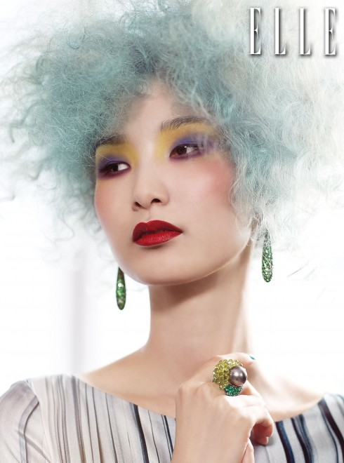 Đầm satin Cacharel <br /> Hoa tai BST Gocce <br /> Nhẫn BST Melody of Colours <br /> Tất cả trang sức từ De Grisogono