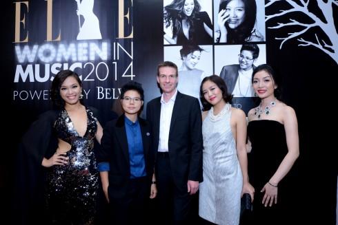Ông David Ridley - Giám đốc điều hành Công ty cổ phần phân phối Moet Hennessy Việt Nam cùng 4 nữ ca sĩ được tôn vinh trong chương trình.