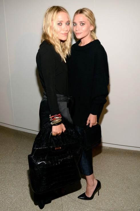 Mary-Kate & Ashley Olsen <br/>Màu đen không khiến bạn già đi mà giúp phong thái của bạn tự tin, mạnh mẽ. Quan trọng hơn, với một thiết kế đẹp, bạn có thể mặc màu đen như trang phục ban ngày, chứ không cần để dành cho dạ tiệc!