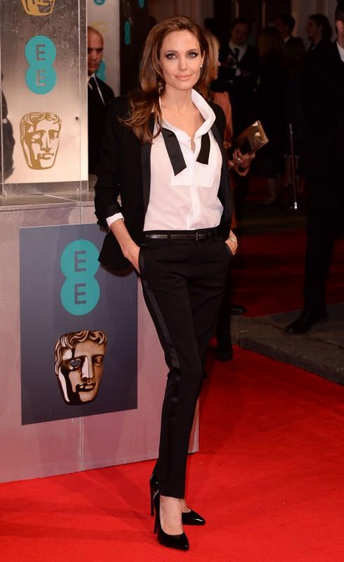 Angelina Jolie <br/>Không gì quyến rũ hơn bộ suit đen nam tính, được cân bằng với mái tóc, đôi môi gợi cảm và phụ nữ đến chết người của