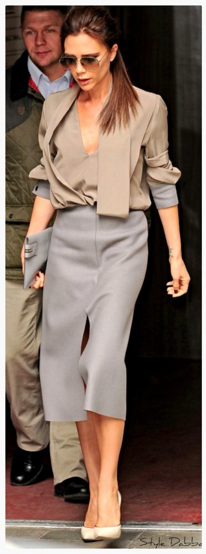 Victoria Beckham<br/>Vic luôn có cách để chứng tỏ váy bút chì và sơmi công sở không hề nhàm chán nếu bạn biết kết hợp các món đồ có màu sắc và kỹ thuật cắt may thượng hạng!
