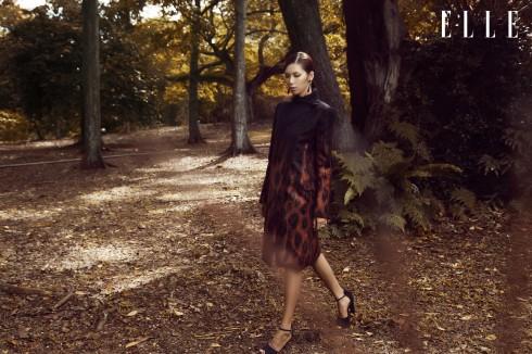 Áo khoác Salvatore Ferragamo, Giày Burberry, Hoa tai và nhẫn của stylist