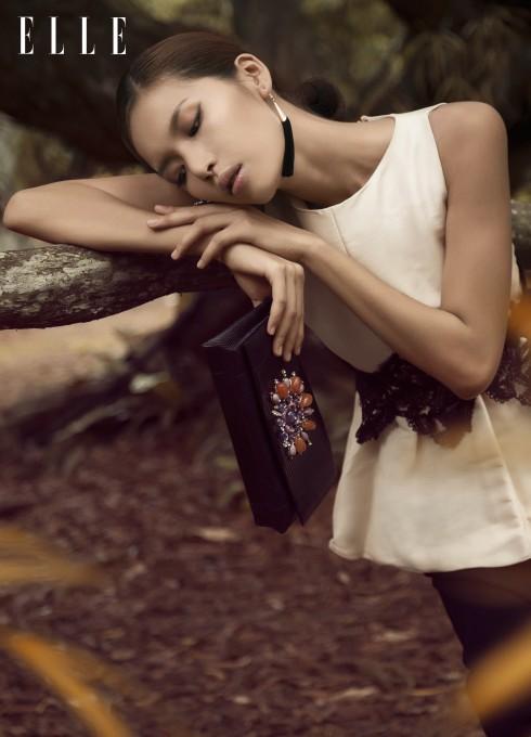 Áo và chân váy Bcbgmaxazria, Ví cầm tay Bulgari, Hoa tai của stylist