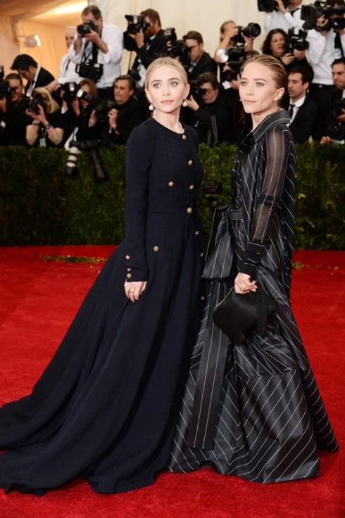"""<strong> Mary-Kate Olsen và Ashley Olsen</strong> <br><br> Bắt đầu với thương hiệu trung cấp Elizabeth and James và sau đó là The Row, thương hiệu cao cấp với phong cách tối giản, với điểm nhấn chính ở chất liệu thượng hạng và những đường cắt tinh xảo. <br><br> Với The Row, cả 2 chị em sinh đôi đã khiến thế giới thời trang phải trầm trồ và công nhận tài năng thiết kế đầy tinh tế với những giải thưởng cao quý dành cho dòng trang phục lẫn phụ kiện của The Row. Đó là lí do tại sao Elle Style Award đã trao cho  bộ đôi tài năng này giải thưởng """"Style Icon"""" vào năm 2010."""