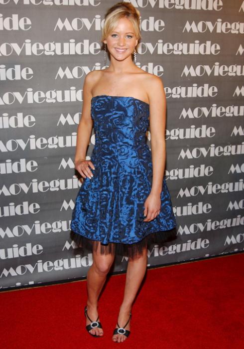 2007:  Jennifer Lawrence đáng yêu trong chiếc đầm vải tulle màu xanh dương cùng giày kitten tại buổi trao giải thường niên Movie Guide Faith And Values lần thứ 15th .