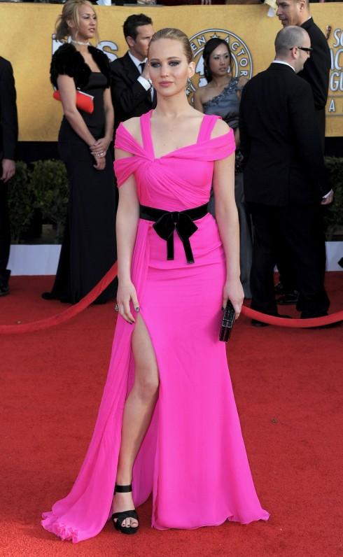 2011: Jennifer Lawrence xuất hiện nổi bật trong chiếc đầm dạ hội màu cánh sen Oscar De La Renta tại buổi trao giải Annual Screen Actors Guild Awards lần thứ 17.