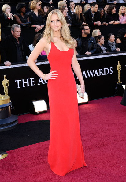 2011: Tuy đơn giản nhưng chiếc đầm đỏ hiệu Calvin Klein lại giúp hình ảnh Jennifer ghi điểm trở lại trong buổi trao giải Annual Academy Awards lần thứ 83.