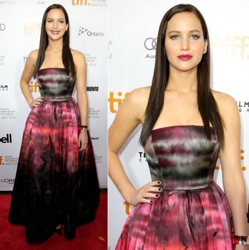 2012: Cô nàng xuất hiện ấn tượng với mái tóc đen dài và trang phục Christian Dior tại buổi ra mắt phim The Silver Linings.