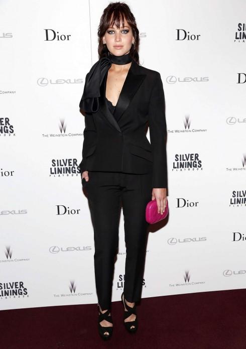 2012: Cùng ngày của buổi ra mắt phim The Silver Lining, Jennifer Lawrence trông khá 'già dặn' với bộ menswear này của Christian Dior. Chiếc clutch màu hồng cánh sen khiến bộ trang phục càng mất điểm hơn.