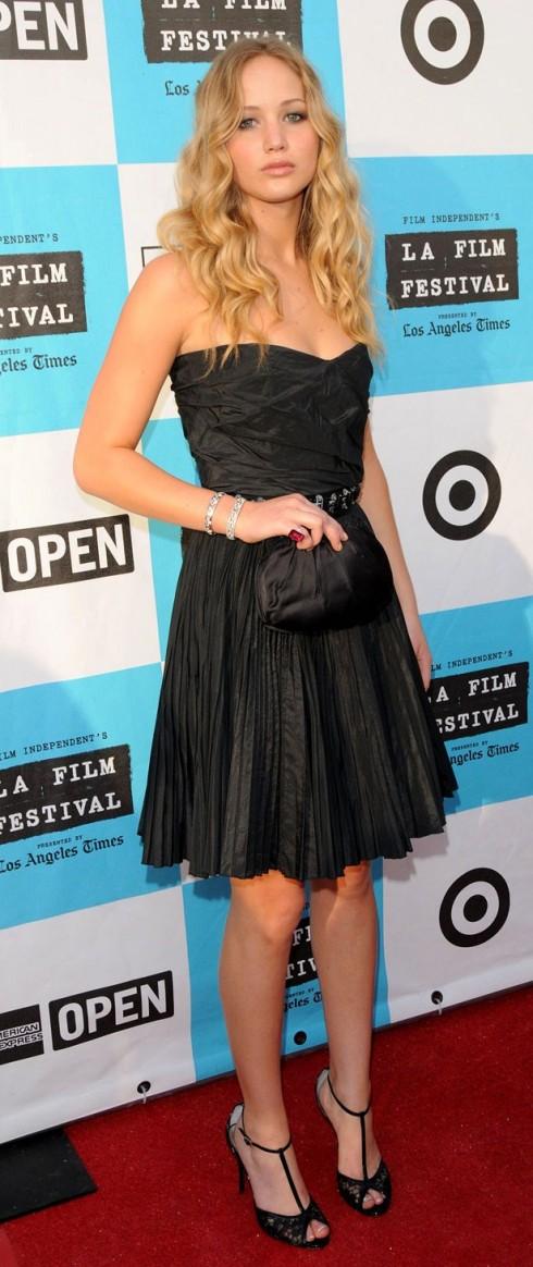 2008: Jennifer Lawrence tại buổi ra mắt phim The Poker House. <br> Cô nàng chọn trang phục an toàn với chiếc đầm đen đơn giản tone-sur-tone với clutch cầm tay.