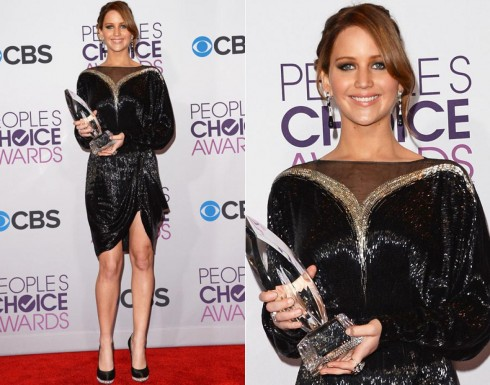 """2013: Dần khẳng định hình ảnh và sự nghiệp của mình, gout thời trang của Jennifer Lawrence trở nên ổn định và thu hút hơn. <br>Cô nàng diện chiếc đầm Valentino thuộc bộ sưu tập mùa thu 2013 mừng chiến thắng People's Choice lần thứ 39 cho hạng mục """"Nữ diễn viên được yêu thích nhất""""."""
