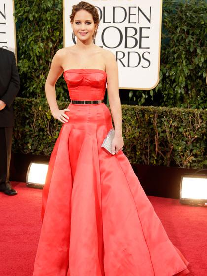 2013: Chiếc đầm đỏ hiệu Christian Dior này của Lawrence tại lễ trao giải Quả Cầu Vàng lần thứ 70 luôn được bình chọn trong top những trang phục đẹp nhất trên thảm đỏ.