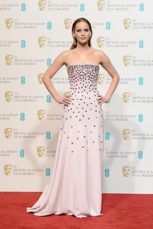Tiếp tục khẳng định phong cách thời trang và hình ảnh của mình trên thảm đỏ, Jennifer Lawrence thật sự ghi điểm trong chiếc đầm đính đá Quentin Tarentino. Hình ảnh tại buổi trao giải The EE British Academy Film.