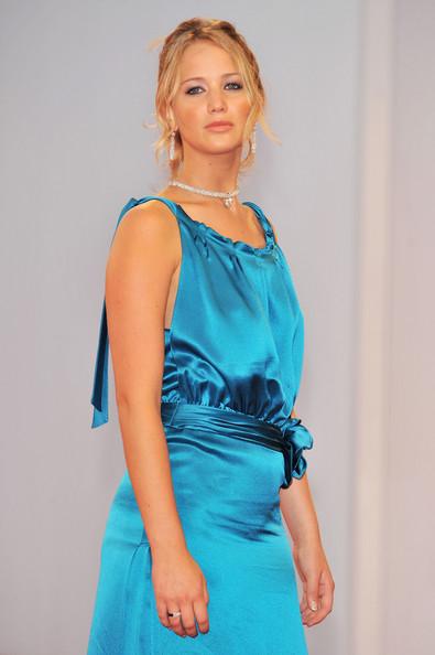 2008:  Jennifer Lawrence đến tham dự buổi ra mắt phim thứ 2 trong năm - The Burning Plain <br>Với kiểu tóc búi và chiếc đầm dài bằng chất liệu lụa bóng không có điểm nhấn, Jennifer xuất hiện khá đứng tuổi và bộ trang phục lộ rõ thân hình trọn trịa của cô.