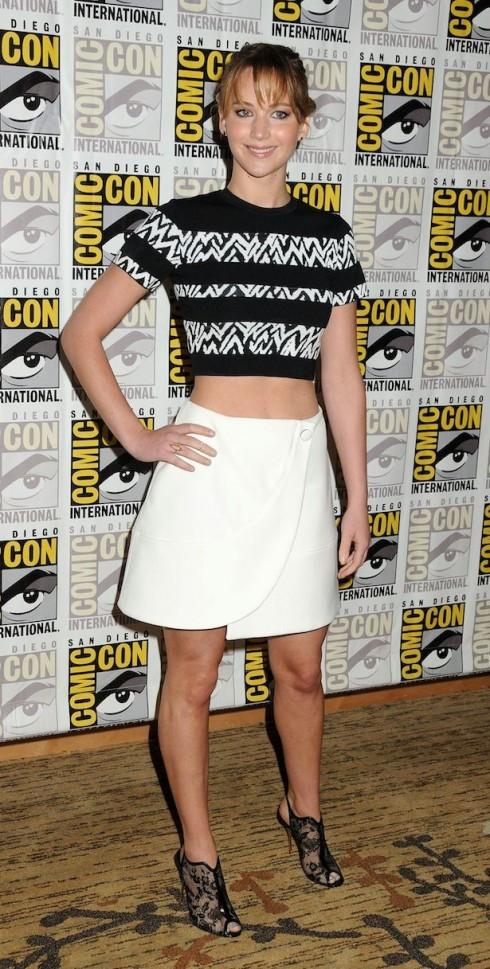 """Jennifer Lawrence năng động và gần gũi trong bộ trang phục của hang Proenza Schouler tại buổi ra mắt phim """"The Hunger Games: Catching Fire""""."""
