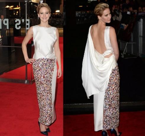 2013: Trong một buổi công chiếu khác tại London, Jennifer Lawrence khiến người hâm mộ ngạc nhiên với mái tóc tém. Cô nàng xuất hiện trong chiếc đầm hở lưng của Christian Dior.