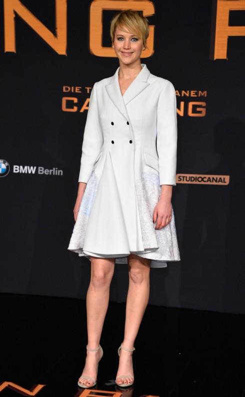 2013: Mái tóc tomboy đã mang lại một hình ảnh hoàn toàn mới mẻ và đầy cá tính cho Lawrence trong suốt chuyến đi ra mắt phim 'The Hunger Games: Catching Fire'. Tại Berlin, Jennifer Lawrence tiếp tục xuất hiện với một thiết kế trang nhã khác hiệu Dior.