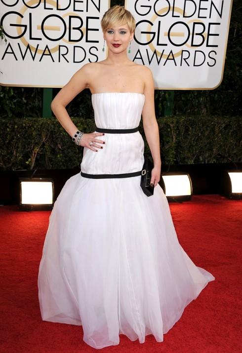Chiếc đầm Dior này của Lawrence tại lễ trao giải Quả Cầu Vàng năm nay bị nhiều lời trêu chọc là một miếng vải trắng quấn quanh  người cột bằng 2 sợi dây đen.