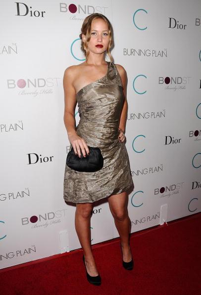 2009: Tại một buổi công chiếu khác của bộ phim The Burning Plain, Jennifer quyến rũ với màu son đỏ bordeaux và kiểu tóc búi thấp. Tuy nhiên, chiếc đầm metallic này cũng khiến nhiều người liên tưởng đến hình ảnh giấy gói quà.