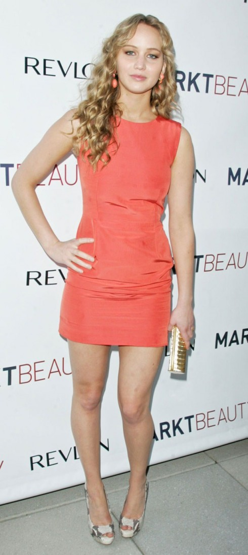 2010: Jennifer Lawrence tại buổi ra mắt website Mark Townsend. <br>Chiếc đầm trơn màu cam khiến Jennifer trông đúng với độ tuổi của mình.