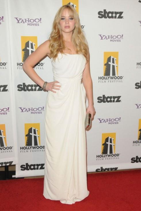 2010: Tại buổi Gala Annual Hollywood Awards lần thứ 14. Chiếc đầm trắng hiệu Thakoon theo phong cách trang phục Hi Lạp và mái tóc vàng xõa dài là một sự lựa chọn phù hợp dành cho cô nàng trong buổi tiệc này.