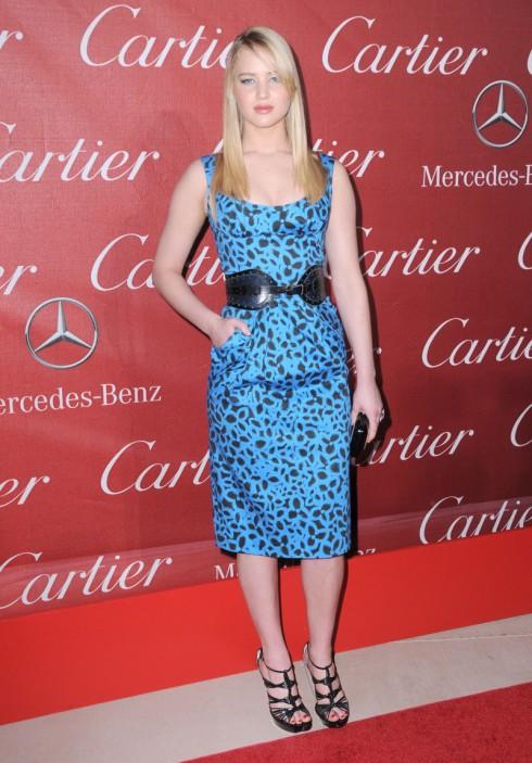 2011: Jennifer Lawrence đến tham dự buổi Gala của The Palm Springs International Film Festival Awards trong chiếc đầm hiệu Oscar De La Renta.